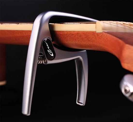 K8 Capo-Akustikgitarre Silber