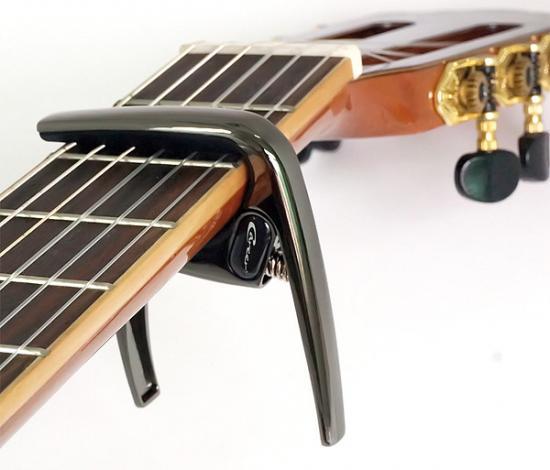 K8 Capo-Konzertgitarre Schwarz